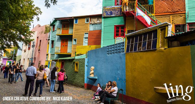 Recorrer la calle museo de La Boca